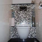 Toilet met mozaïek tegels, softclose wc-bril en designradiator
