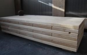 salontafel planken op elkaar gemonteerd